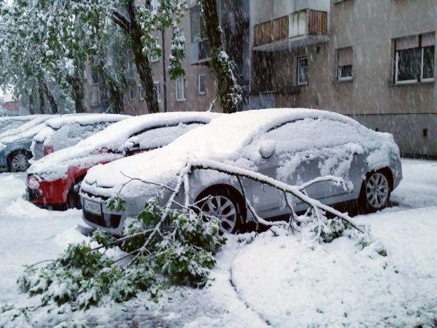 Slovenija: Zbog obilnog snijega teškoæe u prometu, desetak tisuæ